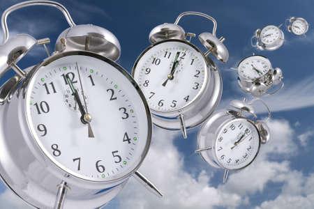 reloj antiguo: Tiempo de vuelo concepto - la desaparici�n de los relojes alarma en la distancia
