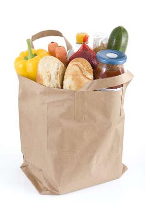 bolsa supermercado: Brown de papel bolsa de supermercado lleno de productos alimenticios Foto de archivo