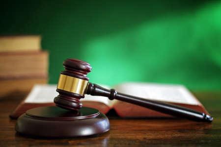 derecho penal: Legal concepto de sistema de martillo y el derecho libros en palacio de justicia