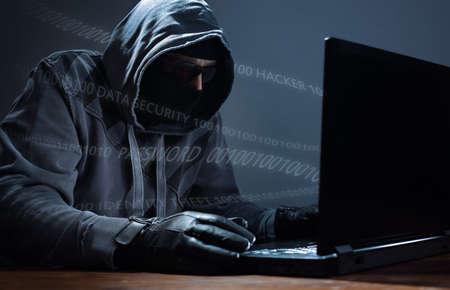 네트워크 보안, 신원 도용 및 컴퓨터 범죄에 대한 노트북 개념에서 데이터를 훔치고 컴퓨터 해커 스톡 콘텐츠