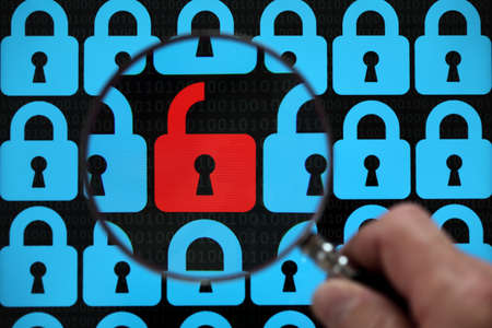 big brother spy: Concepto de seguridad de Internet de virus abierto candado rojo o la amenaza de la pirater�a
