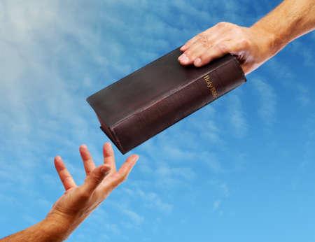 청하는 다른 성경을주는 성경 손에 전달 스톡 콘텐츠