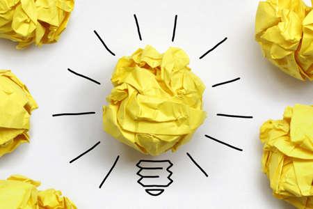 inspiracion: Concepto Inspiration arrugado papel luz met�fora bombilla por una buena idea