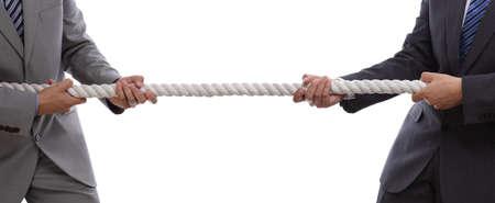 Dos hombres de negocios que tiran de tira y afloja con un concepto de la cuerda de la competencia comercial, la rivalidad, el desafío o disputa
