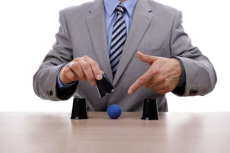 bonhomme blanc: Bilboquet deviner succ�s de jeu avec la main d'affaires r�v�lant la bonne tasse Banque d'images
