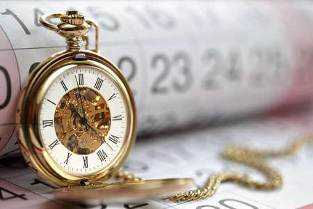 kalender: Taschenuhr gegen eine Kalender-Konzept für die Planung und Terminierung