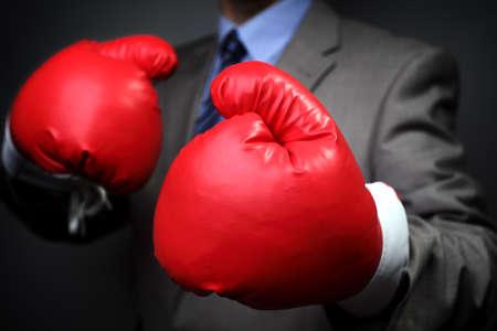 厳しい競争力のあるビジネス概念実業団ボクシング グローブを着用