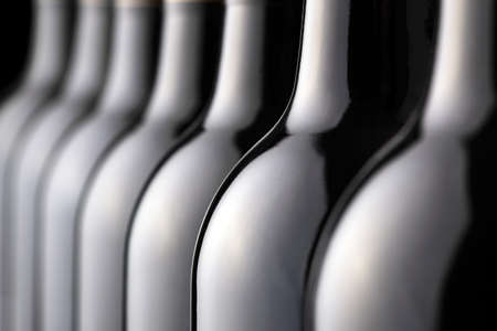 bebiendo vino: Botellas de vino tinto en una fila Foto de archivo