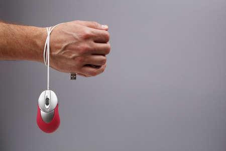 Uzależnienie od Internetu lub komputera koncepcji, człowiek związany z myszy komputerowej