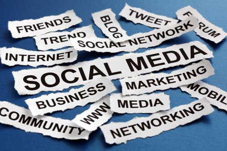 Les titres des journaux concept de médias sociaux de marketing déchiré la lecture, la mise en réseau, communauté, internet etc Banque d'images