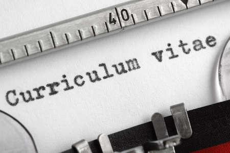 Curriculum vitae écrit sur un concept de vieille machine à écrire pour la recherche d'emploi Banque d'images - 25085119