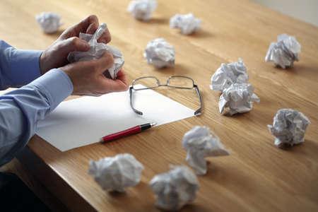 hombre escribiendo: Rasgado encima de otra bola de papel arrugado de la pila