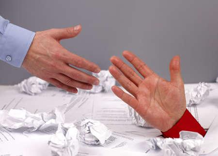 Geschäftsmann ertrinken in Papierkram zu erreichen für Hilfe und Unterstützung