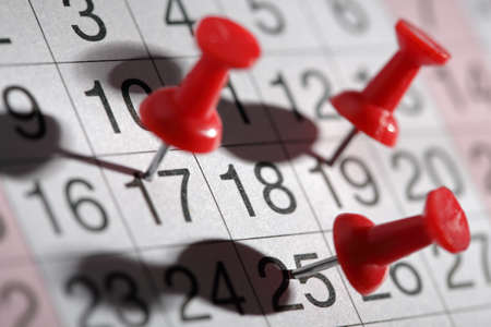 calendario: Fecha o reunión importante recordatorio de la cita concepto chincheta en el calendario