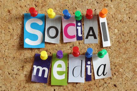 interaccion social: Medios de comunicaci�n social de titulares de los peri�dicos del recorte cubri� a un tabl�n de corcho de Foto de archivo