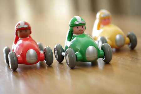 juguete: Coches de competici�n en un concepto de la tapa de tabla circuito para la competencia o la infancia Foto de archivo
