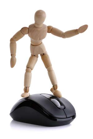 mannequin: La figure de l'artiste en bois sur le concept de la souris de l'ordinateur pour surfer sur le net