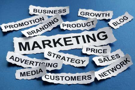 redes de mercadeo: Comercialización titulares de los periódicos Concepto de marketing desgarrado lectura, estrategia, branding, publicidad etc