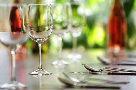botella champagne: Mesa de restaurante con cubiertos, vino y copas de vino listos para una cena