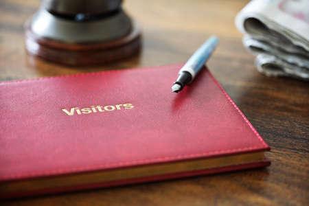 리셉션의 호텔 방명록 또는 코멘트 북 및 서비스 종