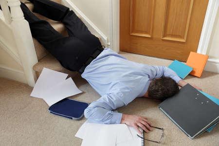 accidente trabajo: Hombre de negocios que cae por las escaleras en el concepto de oficina de accidente y demanda por lesiones de seguros en el trabajo Foto de archivo