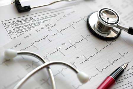 medicale: Cardiogramme trace d'impulsion et le concept de stéthoscope pour examen médical cardio-vasculaire