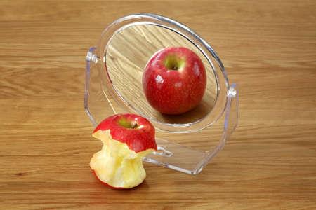 desorden: Trastorno Metáfora de la anorexia o la bulimia, manzana delante de un espejo Foto de archivo