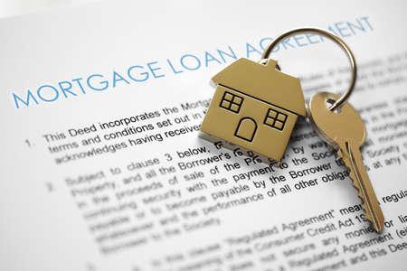 Hypothecaire leningsovereenkomst applicatie met huis vormige sleutelhanger