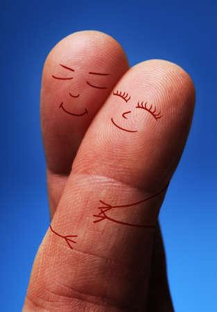 Gelukkig in liefde concept, vinger jongeren knuffelen op gekruiste vingers