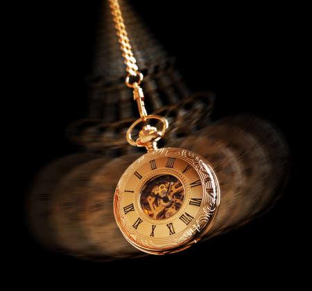 reloj de pendulo: Concepto del hipnotismo, balanceo reloj de bolsillo de oro utilizado en el tratamiento de la hipnosis