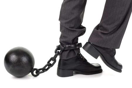 Bal en ketting beteugeling van een zakenman als hij probeert te lopen