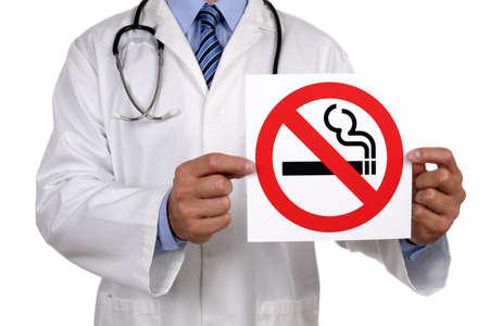 Asesoramiento médico sosteniendo un signo de no fumar Foto de archivo