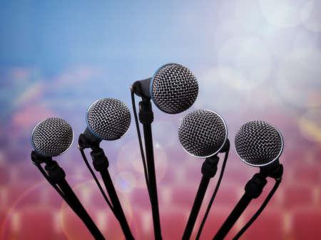 microfono de radio: Micrófonos de los medios en el centro de convenciones concepto auditorio para la conferencia de prensa, entrevista o presentación
