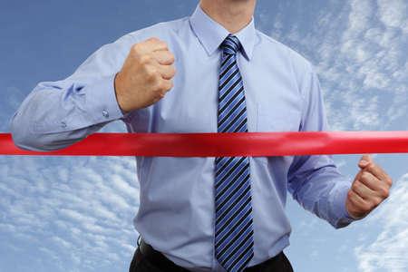 horizontal lines: Racing al primer lugar en el concepto de línea de meta cinta roja para ganar y el éxito