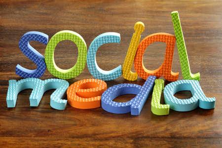 médias: Les médias sociaux écrits en lettres mousse concept pour le réseautage social dans la culture de la jeunesse Banque d'images