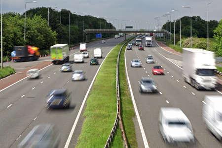 Zwaar verkeer bewegen met snelheid op de snelweg M6 in Engeland