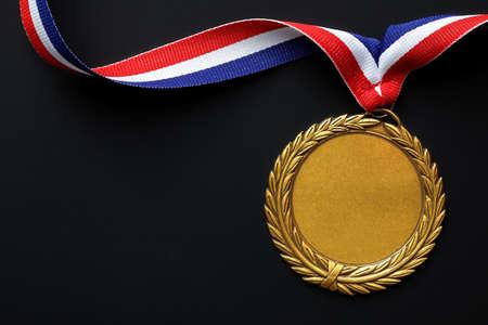 Goldmedaille auf schwarz mit leeren Gesicht für Text, Konzept für den Gewinn oder Erfolg Standard-Bild