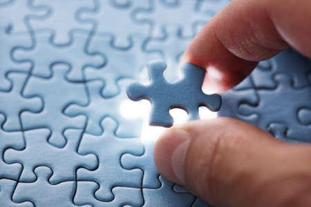 솔루션 및 완성을위한 지그 소 퍼즐 개념의 마지막 조각 스톡 콘텐츠