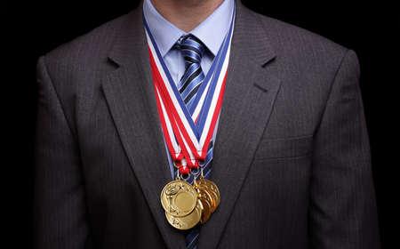 hanging around: Medallas de oro colgando en torno a un concepto de negocios de cuello para el �xito y ganar