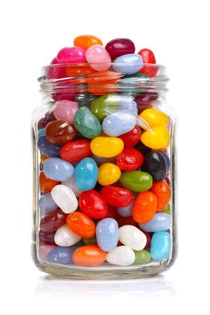 흰색에 고립 된 항아리에 젤리 콩 설탕 사탕 간식 스톡 콘텐츠