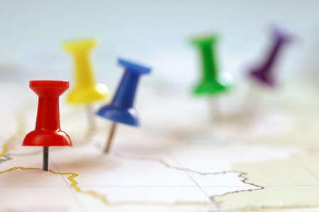 지도에서 여행 목적지의 포인트는 복사본에 대 한 공간을 가진 다채로운 압정 및 필드의 얕은 깊이로 표시 스톡 콘텐츠