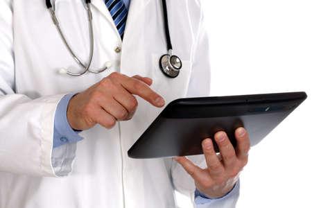 medico computer: Medico utilizzando una tavoletta digitale su bianco