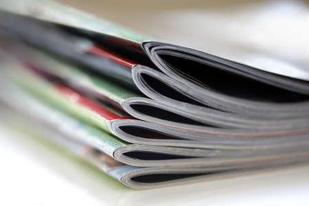 포 그라운드 에지에 선택적 초점을 맞춘 잡지 스톡 콘텐츠