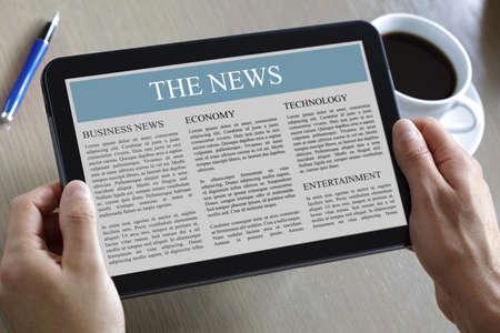 디지털 태블릿에서 뉴스를 읽고 스톡 콘텐츠