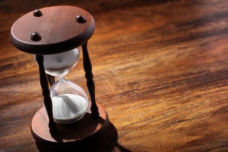 Zandloper of zand timer symbool van tijd concept met een kopie ruimte Stockfoto