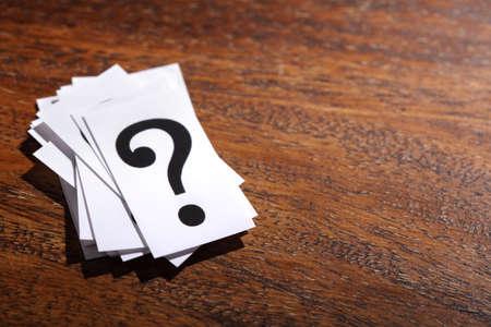 signo de interrogacion: Concepto para la confusión, la pregunta o la solución