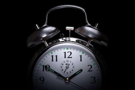 Wekker in het midden van de nacht geïsoleerd op zwart concept voor slapeloosheid Stockfoto