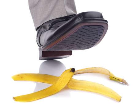 banane: Homme d'affaires sur pied de glisser et de tomber sur une peau de banane