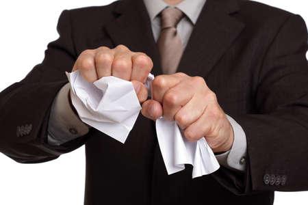 Boze zakenman verscheuren van een document, contract of overeenkomst