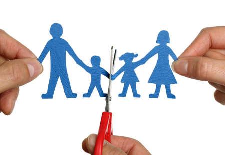 divorcio: El hombre y womans manos de corte concepto de familia de cadena de papel para el divorcio y la custodia de los hijos de batalla